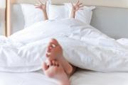 """10 phút  mỗi sáng thực hiện vài động tác """"khởi động"""" ngay trên giường sẽ giúp bạn càng khỏe khoắn hơn."""